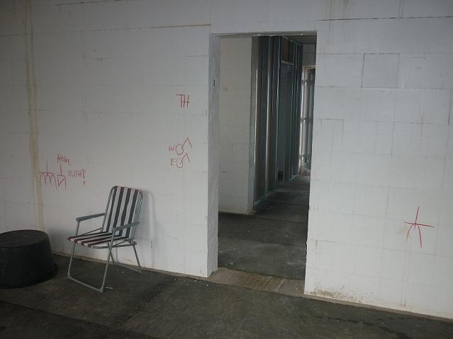 Die Position aller Schalter und Dosen wurde an den Wänden eingezeichnet.