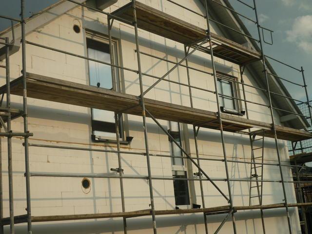 Seitenansicht mit Fenstern: Badfenster(links), Fenster Treppe (mitte) und Kinderzimmerfenster (rechts)