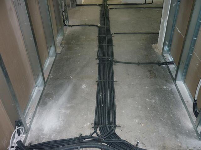 Die Stromkabel werden auf dem Boden durch das ganze Haus geführt...