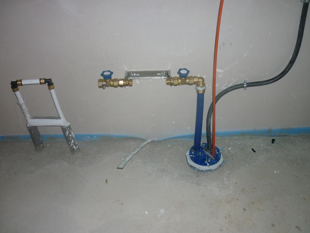 Die Mehrsparte im Hauswirtschaftsraum mit den  Anschlüssen für Strom, Wasser und einem Leerroh für die Glasfaser