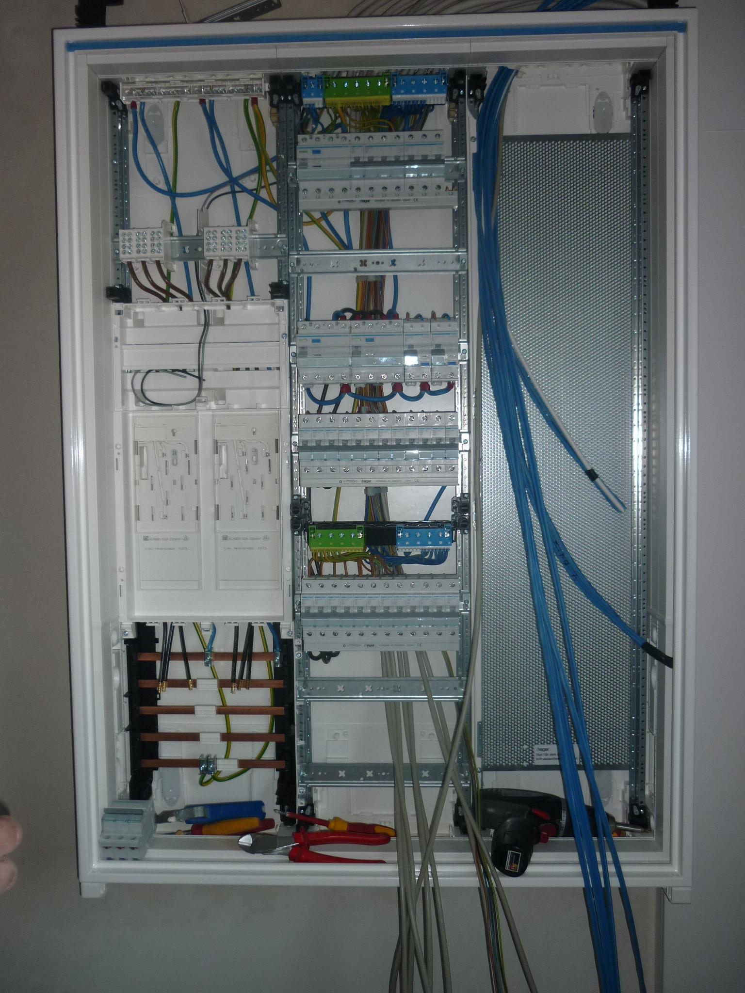 Hier der Stromkasten noch mitten in der Verkabelung...